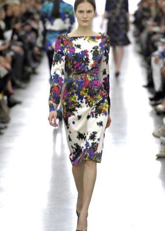 Цветочное платье футляр закрывающее колени