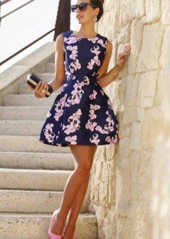 Красивое цветочное платье с розовыми туфлями
