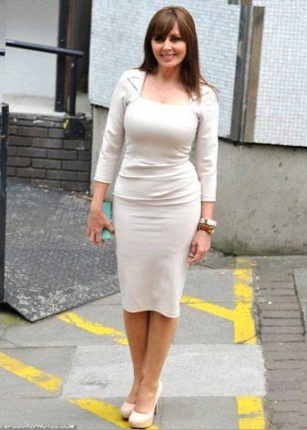 Летний вариант офисного платья молочного цвета
