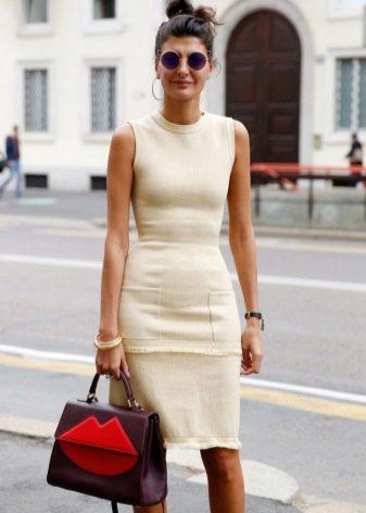Бежевое платье-футляр - офисный вариант