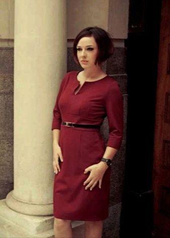 Офисное платье с рукавами средней длины