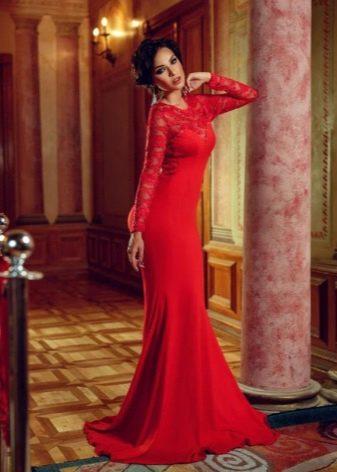 Красное длинное обтягивающее платье с рукавами из гипюра