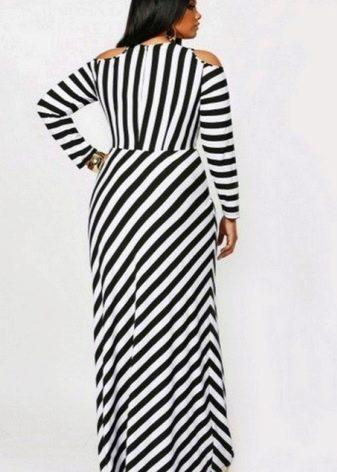Длинное в пол полосатое черно-белое платье простого кроя на полную женщину (девушку)