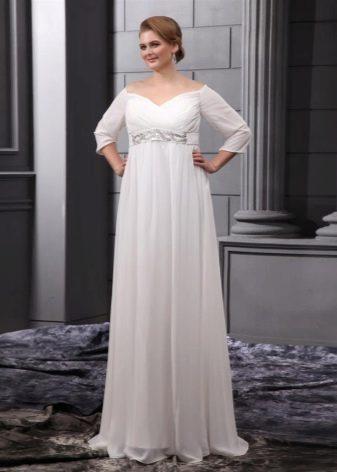 Длинное светлое платье правильного фасона для полных