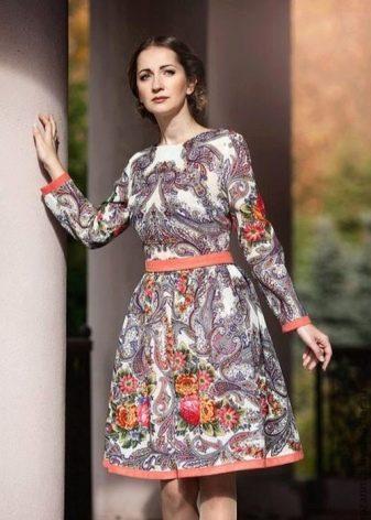 Штапельное платье в русском стиле средней длины с крупным и мелким рисунком