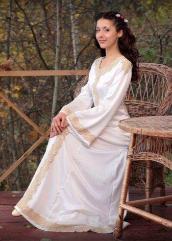 Белое платье с кружевом в русском стиле