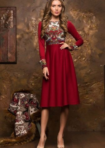 Русское платье средней длины с узором