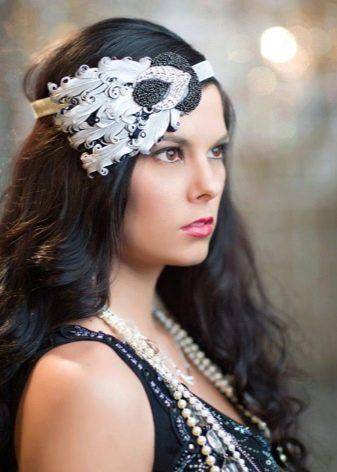 Прическа и украшения к ней для черного платья в стиле Гэтсби