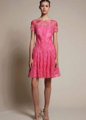 Яркое кружевное платье розовое