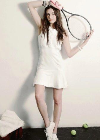 Короткое платье в спортивном стиле белое