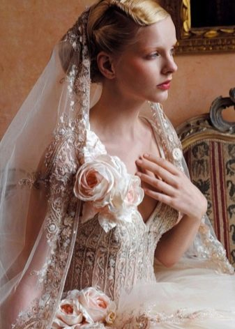 Цветы из ткани на свадебном платье