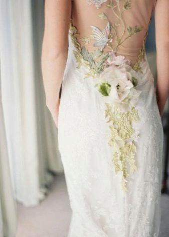 Цветы на спине свадебного платья
