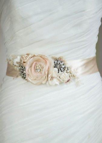Пояс из цветов на свадебном платье