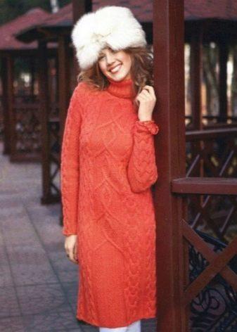 Теплое шерстяное платье терракотового цвета средней длины