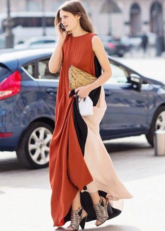 Длинное терракотовое платье со вставками ткани светлых и темных оттенков