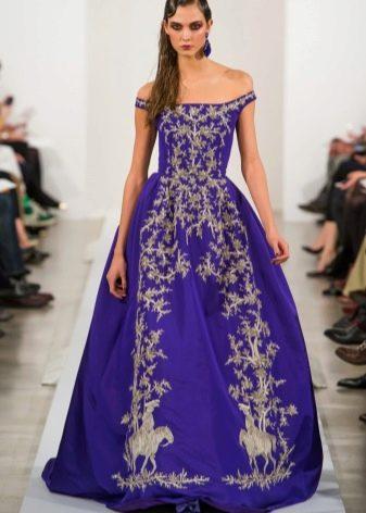 Платье цвета акаи с вышивкой