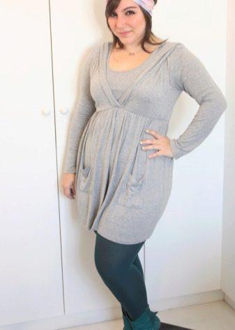 Трикотажное платье-туника серого цвета для полных