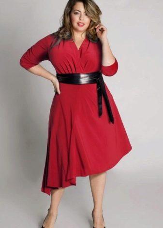 Красное трикотажное платье с А-образным силуэтом для полных женщин
