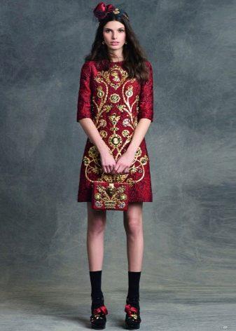 Вишневое платье с золотой вышивкой