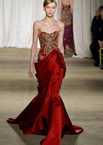 Платье цвета вишни с контрастной вышивкой
