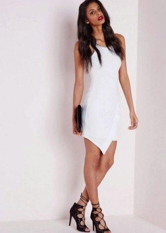 Белое асимметричное платье с черными босоножками на высоком каблуке