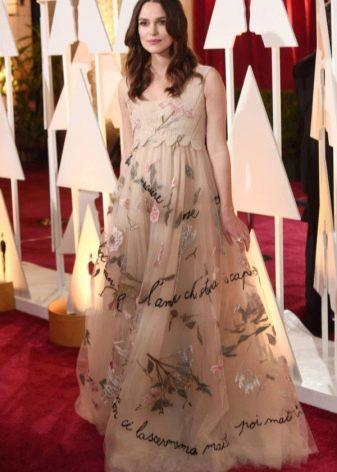 Бежевое нежное длинное платье в пол А-образного силуэта с растительным принтом для беременных