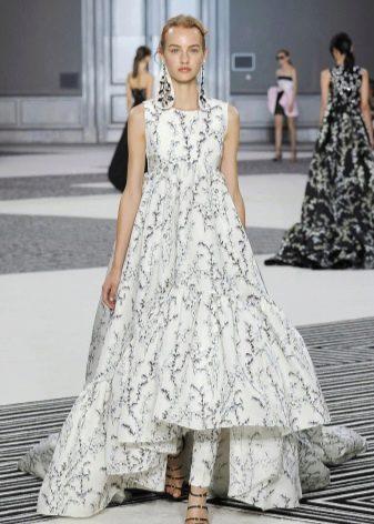 Короткое спереди длинное сзади платье а-силуэта