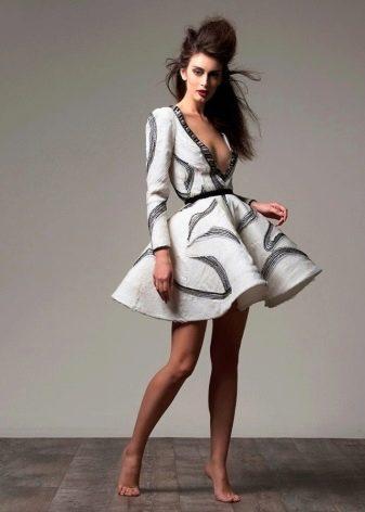 Пышное платье короткое с глубоким декольте
