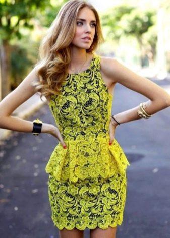 Желтое гипюровое платье с баской
