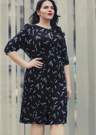 Черное офисное платье с мелким принтом для полных