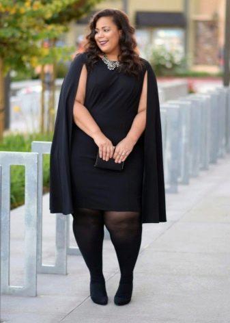 Офисное черное платье большого размера в сочетание с плащом и черными колготками