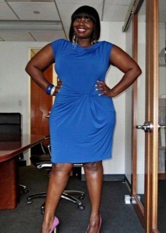 Офисное платье синего цвета с драпировкой на талии для полных