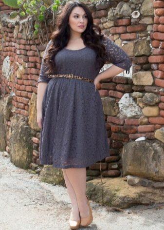 Серное офисное платье для полных в сочетание с бежевыми туфлями