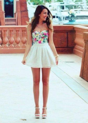 Молодые девушки в платье бэби долл