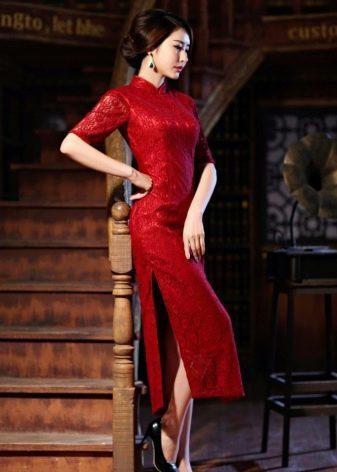 Длинное красное платье-ципао с разрезами по бокам