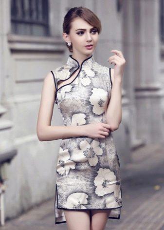 Короткое платье-ципао (платье Чеонгсам) в крупный цветочный принт с асимметричным низом