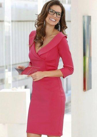 Платье-футляр с рукавом в три четверти
