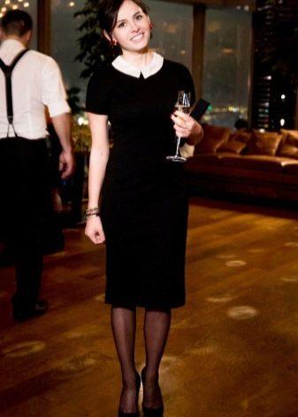Платье-футляр с маленьким контрастным воротничком