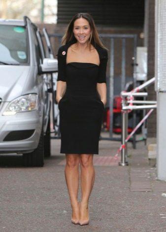 Черное платье-футляр с декольте