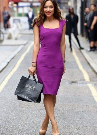 Платье-футляр сиреневого цвета