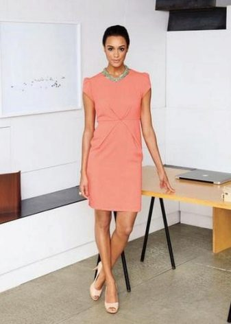Платье-футляр персикового цвета