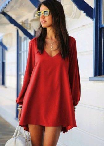 Короткое красное платье из полиэстера