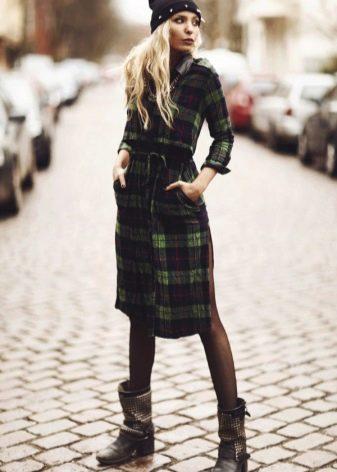 Зеленое теплое платье-рубашка в клетку в сочетание с ботинками на каблуках по 5 см и шапкой с подворотом