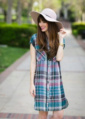 Платье-рубашка в клетку с накладными карманими на груди
