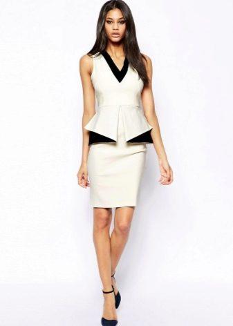 Белое платье-футляр с баской без рукавов