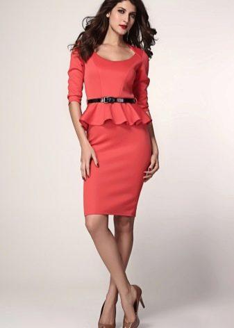 Красное платье-футляр с баской с коротким рукавом