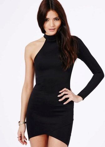 Черное платье с одним длинным обтягивающим рукавом
