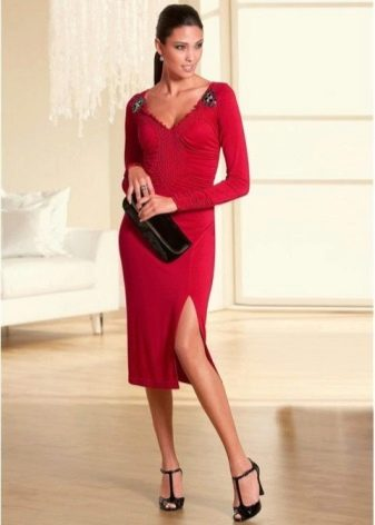 Платье средней длины с рукавом реглан и аксессуары к нему