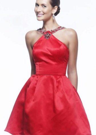 Короткое красное платье с юбкой полусолнце