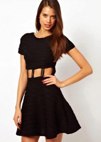 Короткое черное платье с юбкой полусолнце